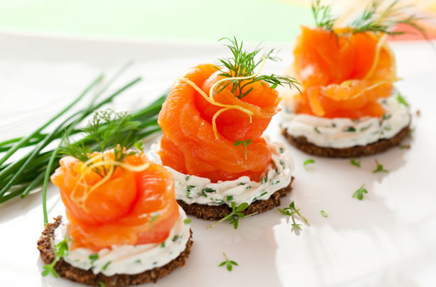 smoked-salmon-roses-on-rye-toast