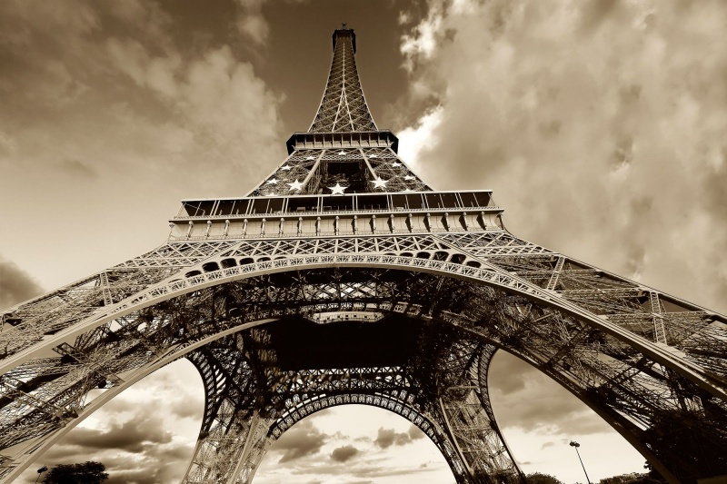 black-and-white-vintage-eiffel-tower-wallpaper
