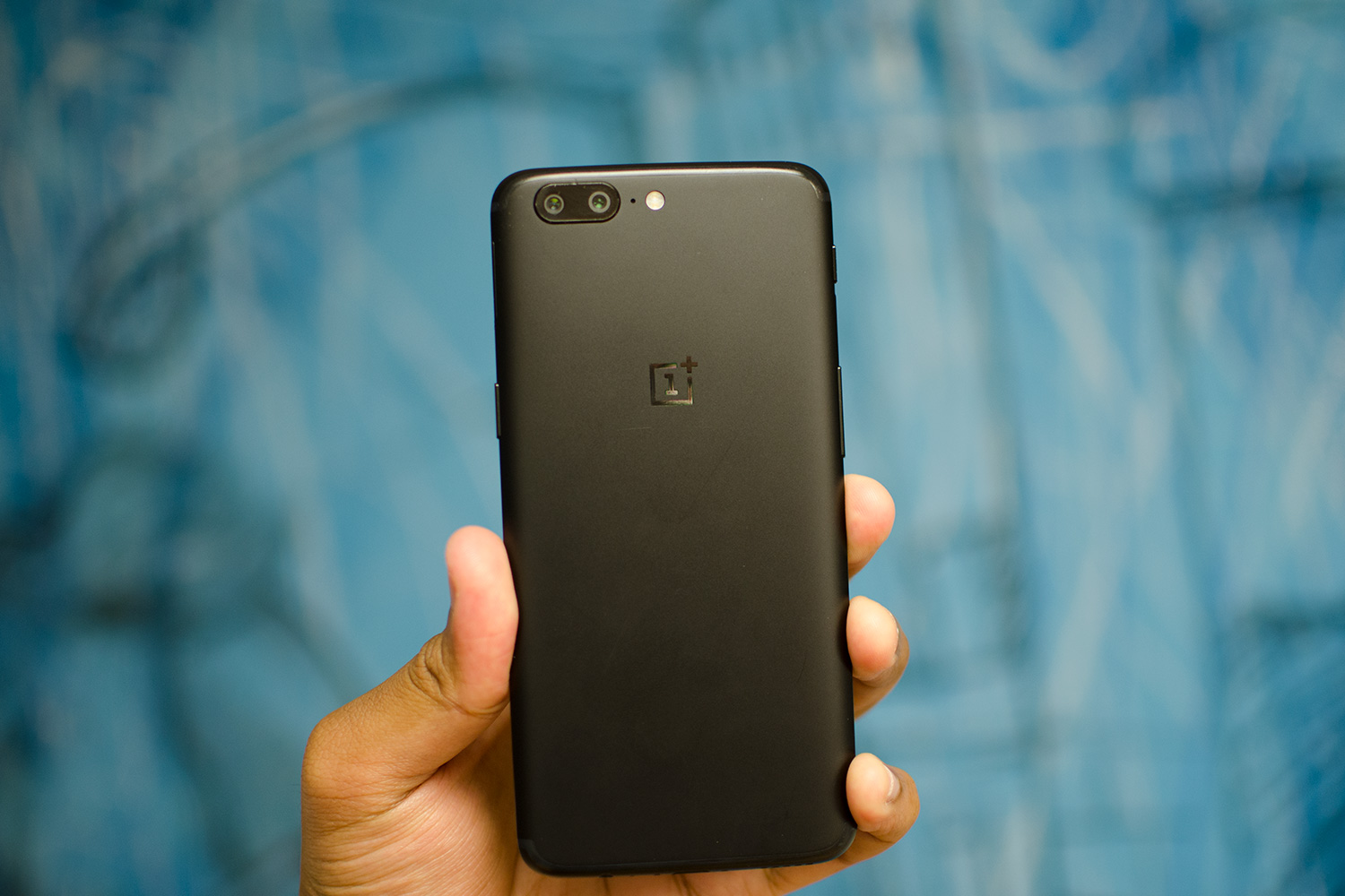 oneplus-5-in-hand